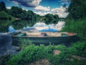 altes kaputtes Boot an der Saale