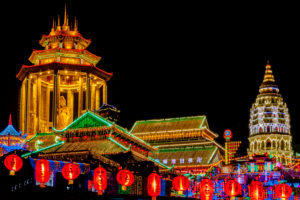 Chinesisches Neujahrsfest / Chinese New Year, lit Buddhist temple at night