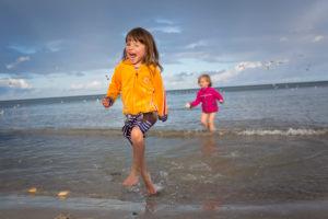 3-6 jähriges Mädchen mit Freundin im Wasser an der Ostsee