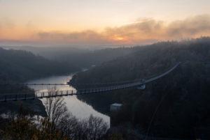 Deutschland, Sachsen-Anhalt, Oberharz, Sonnenaufgang, Hängebrücke TitanRT an der Rappbodetalsperre, Harz.