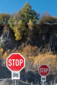 Deutschland, Sachsen-Anhalt, Oberharz, zwei Stoppschilder, Kalkwerk Kaltes Tal, Elbingerode, Harz.