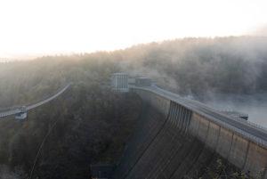 Deutschland, Sachsen-Anhalt, Oberharz, Rappbodetalsperre, Staumauer mit Nebelschwaden, Harz.