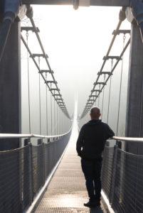 Deutschland, Sachsen-Anhalt, Oberharz, ein Mann steht auf der Hängebrücke TitanRT, Rappbodetalsperre Harz.