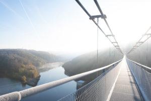 Deutschland, Sachsen-Anhalt, Oberharz, auf der Hängebrücke TitanRT, Rappbodetalsperre, Seilhängebrücke, 483 Meter lang, eine der längsten Seilbrücken der Welt, Harz.