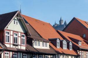 Deutschland, Sachsen-Anhalt, Wernigerode, Blick auf das Schloss, rote Dächer, Werkwerkhäuser, Wernigerode, Harz.