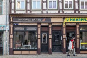 Deutschland, Sachsen-Anhalt, Wernigerode, Weinlokal Ryton, Innenstadt, Wernigerode, zwei Passanten, Fachwerkhaus.