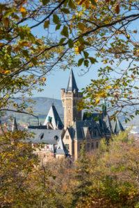 Deutschland, Sachsen-Anhalt, Wernigerode, Blick auf das Schloss Wernigerode, bunte Blätter, Harz.
