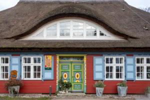Deutschland, Mecklenburg-Vorpommern, Prerow, traditionelles Haus mit Reetdach, Cafe und Kultur, Weihnachtsbaum