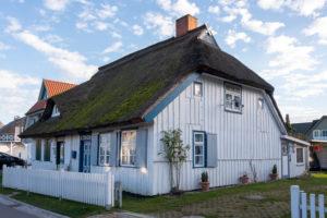 Deutschland, Mecklenburg-Vorpommern, Prerow, traditionelles Haus mit Reetdach