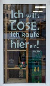 """Deutschland, Sachsen-Anhalt, Magdeburg, Unverpacktladen """"Frau Erna`s loser Lebensmittelpunkt"""", Eingang mit Schriftzug """"Ich will`s LOSE. Ich kaufe hier ein!"""""""