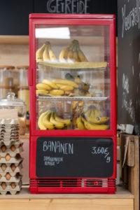 In einem Kühlschrank liegen Bananen. Detail aus einem Unverpacktladen.
