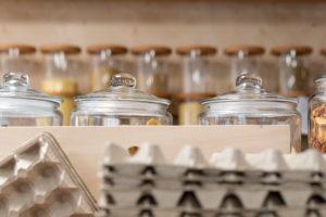 Gläser mit Getreide in einem Unverpacktladen
