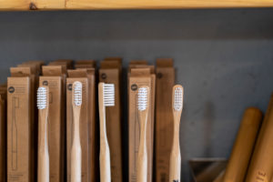Blick auf Zahnbürsten in einem Unverpacktladen