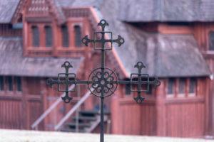 Deutschland, Niedersachsen, Harz, Goslar, Gustav-Adolf-Stabkirche in Hahnenklee, Kreuz, Detail.