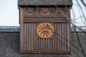 Deutschland, Niedersachsen, Harz, Goslar, Gustav-Adolf-Stabkirche in Hahnenklee, Turmuhr und heidnische Symbole, Detail.