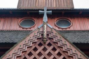 Deutschland, Niedersachsen, Harz, Goslar, Eingangsportal mit Kreuz der Gustav-Adolf-Stabkirche in Hahnenklee, 1907 - 1908 erbaut, Vorbild dafür war die Stabkirche von Borgund in Norwegen.