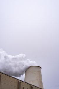 Deutschland, Brandenburg, Jänschwalde, Wasserdampf steigt aus einem Kühlturm des Braunkohlekraftwerkes Jänschwalde der Lausitz Energie Bergbau AG