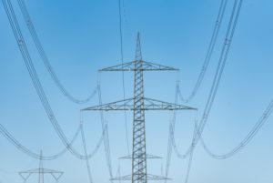 """Deutschland, Sachsen-Anhalt, Angern, Blick auf einen Strommasten von """"50 Hertz"""", Bestandteil des Sued-Ost-Links, einer Stromtrasse von Sachsen-Anhalt nach Bayern."""