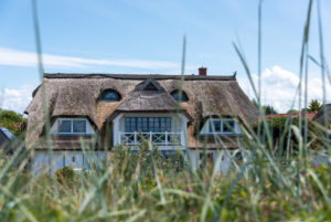 Reetgedecktes Haus mit Strandgras, Vitte, Insel Hiddensee.