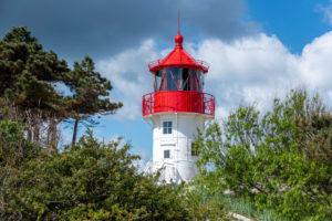 Deutschland, Mecklenburg-Vorpommern, Hiddensee, alter Leuchtturm Gellen auf einer Grasdüne. Sonniger Sommertag. Schöner blauer Himmel mit Wolken im Hintergrund, Ostsee.
