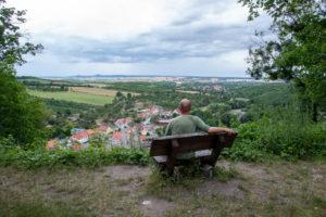 Deutschland, Sachsen-Anhalt, Stecklenberg, Urlauber schaut von der Aussichtsplattform der Burgruine Stecklenburg auf das Harzvorland.