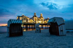 Deutschland, Mecklenburg-Vorpommern, Insel Rügen, Ostseebad Sellin, Seebrücke, Strandkörbe, blaue Stunde