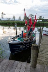 Deutschland, Mecklenburg-Vorpommern, Ostseebad Sellin, Moritzdorf, Fischerboot, Flaggen