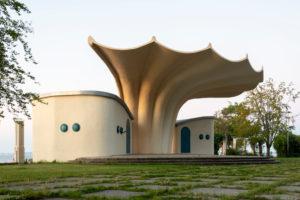 Deutschland, Mecklenburg-Vorpommern, Insel Rügen, Sassnitz, Musikpavillon, Kurmuschel, eingeweiht 1988 nach Plänen des Bauingenieurs Ulrich Müther