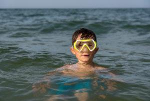 Deutschland, Mecklenburg-Vorpommern, Insel Rügen, Ostseebad Binz, Junge mit Taucherbrille, Ostsee
