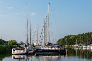 Deutschland, Mecklenburg-Vorpommern, Ostseebad Sellin, Segelboote und Yachten liegen im Naturhafen Seedorf auf der Insel Rügen.