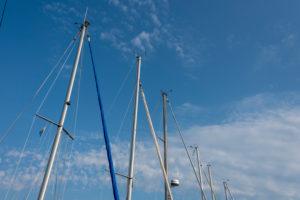 Deutschland, Mecklenburg-Vorpommern, Ostseebad Sellin, im Naturhafen Seedorf auf der Insel Rügen ragen die Masten von Segelbooten in den Himmel, Detailansicht