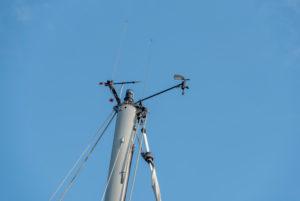 Windmesser, Kompass, Antennen, Positionsleuchte auf dem Mast eines Segelbootes