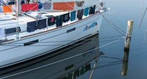 Deutschland, Mecklenburg-Vorpommern, Seedorf, Wäsche hängt auf einer Yacht zum Trocknen.