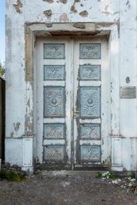 Deutschland, Mecklenburg-Vorpommern, Putbus, verzierte Tür eines Kavaliershauses am Circus, einem historischen Rodellplatz, Detailansicht