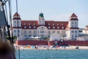 Deutschland, Mecklenburg-Vorpommern, Ostseebad Binz, Kurhaus, Strandhotel, Touristen