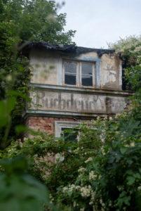 Deutschland, Mecklenburg-Vorpommern, Sassnitz, Hausruine mit der Aufschrift Buchdruck