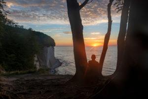 Deutschland, Mecklenburg-Vorpommern, Insel Rügen, Saßnitz, Mann beobachtet Sonnenaufgang, Wissower Klinken, Ostsee