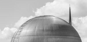 Deutschland, Sachsen-Anhalt, Magdeburg, Kuppeldach eines Schwimmbades, Spaßbades