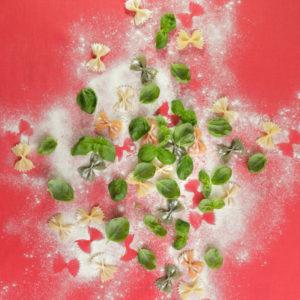 Bunte Farfalle mit Basilikum und Mehl