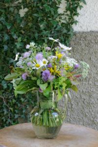 Wiesenblumenstrauß 'impressionistisch' vor Efeuwand