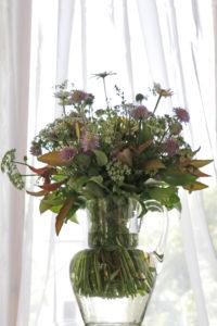 Wiesenblumenstrauß 'impressionistisch' vor Fensterarrangement