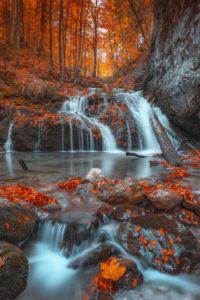 Wasserfall im Wald, Herbststimmung