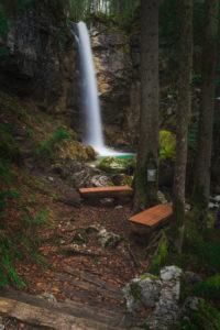 Großer Wasserfall im Wald