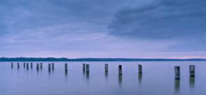 Kaputter Steg im See.