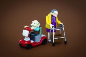 Spielzeugfiguren aus Plastik, Senioren mit Gehhilfe und Elektromobil