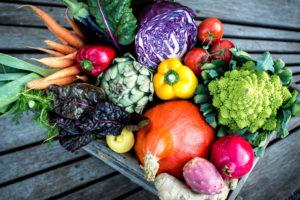 Biokiste, Holzkiste mit buntem Gemüse und Früchten, kräftige Farben