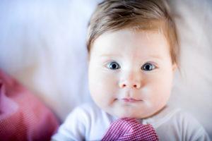 Baby, Junge, Portrait, blaue Augen, blickt freundlich in die Kamera