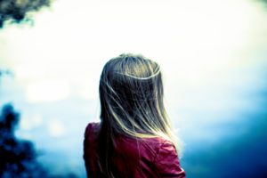 junges Mädchen, Teenager, Blond lange Haare, sieht auf den See