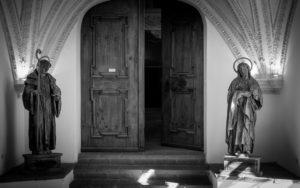 Kirchen Eingang mit zwei Heiligenfiguren