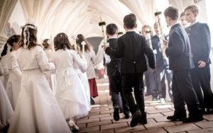 Kommunionskinder auf dem Weg zur Messe